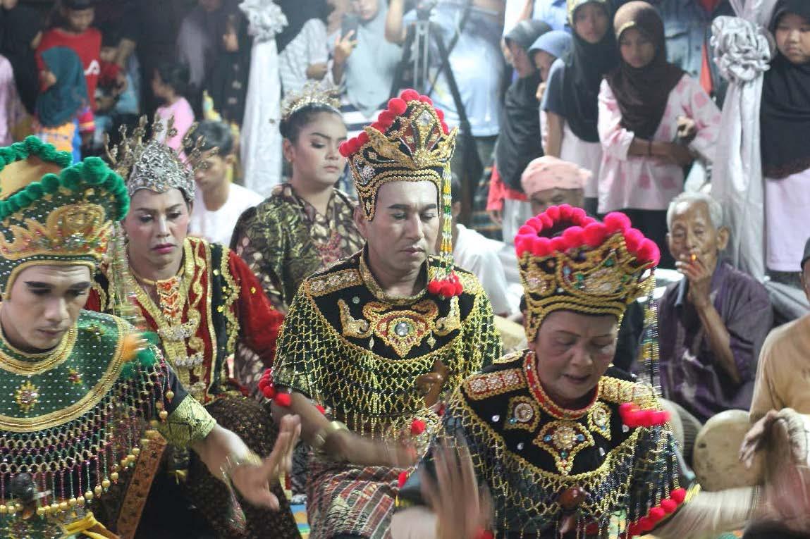Lagu Gerak Bangun, Mek Munoh as female Pak Yong (front right, with red decorations) and Saman Dosormi as Pak Yong Muda (behind Mek Munoh with red decorations). Source: A. S. Hardy Shafii.